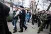 В Симферополе одного из протестующих арестовали во время столкновений противоположных по убеждениям активистов