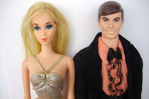 В 1961 году в пару к Барби выпустили куклу Кена. Позже у нее также появились «родственники», а сама Барби из взрослой женщины превратилась в подростка.
