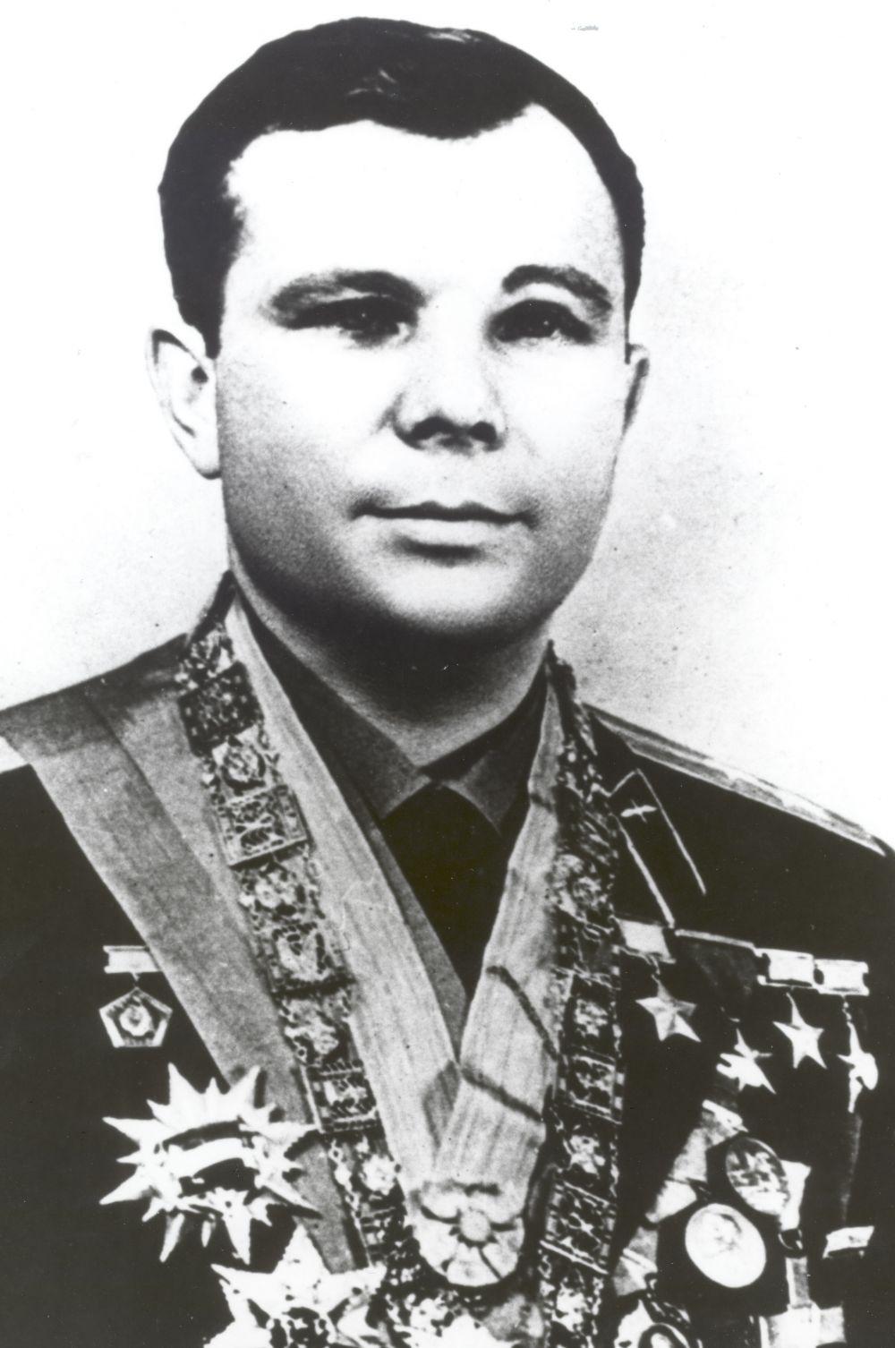 За штурвал самолёта Гагарин вернулся в декабре 1967 года, выполнив полёт на МиГ-17. Тогда космонавт допустил ошибку, характерную для пилотов низкого роста, имевших перерыв в полётах, - он неверно рассчитал посадку и смог приземлиться только со второго раза.