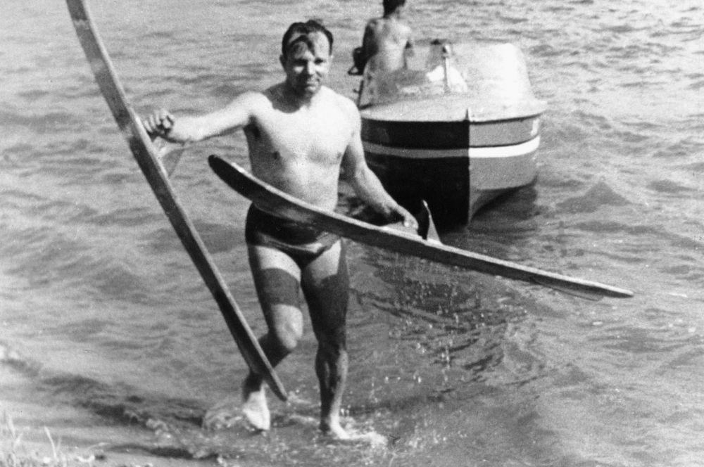В космический отряд Гагарин попал в 1960 году. «Любит зрелища с активным действием, где превалирует героика, воля к победе, дух соревнования. Уверен в себе, в своих силах. Тренировки переносит легко, работает результативно», - было сказано в заключении психологов.