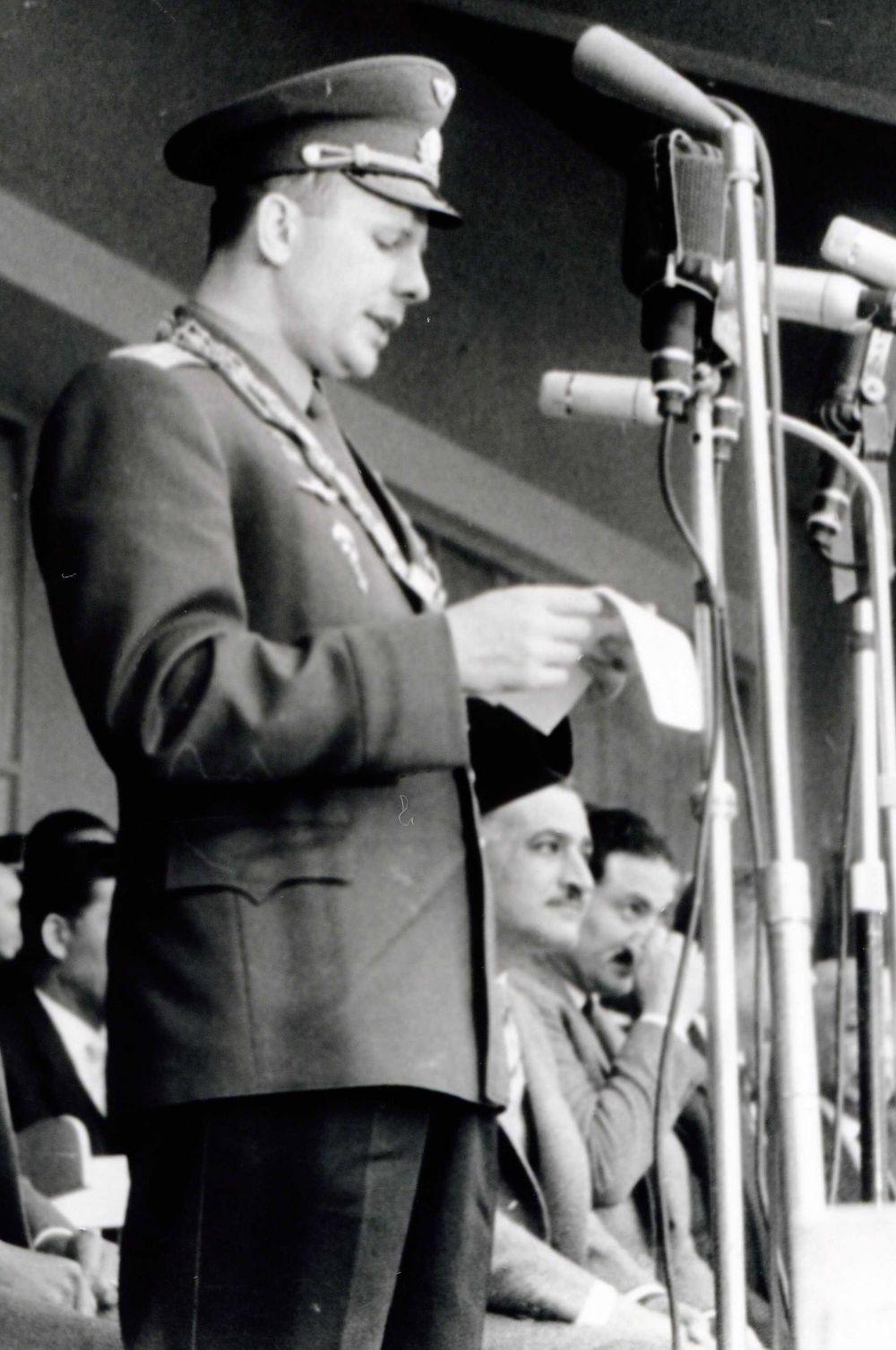 Гагарин в мгновение ока стал национальным героем, а его полёт во Внуково сопровождался эскортом в числе семи истребителей МиГ-17.