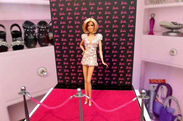 В 2000 году строение тела куклы было существенно изменено. Это произошло в связи с Синди Джексон, американки, сделавшей себе 55 пластических операций, чтобы быть похожей на Барби.