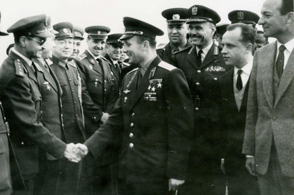 Уже через месяц после приземления Юрий Гагарин отправился в первую зарубежную поездку с так называемой «Миссией мира». Он посетил Чехословакию, Финляндию, Англию, Болгарию и Египет.