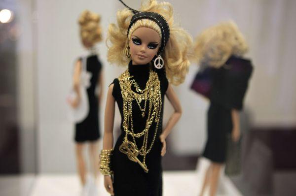 На волне популярности куклы производители выпускают несколько комплектов нарядов для Барби, которую теперь можно было наряжать в певицу, медсестру, стюардессу или космонавта.