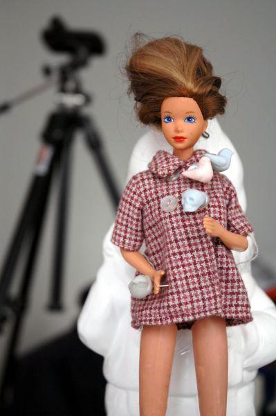 Поначалу кукла вызвала настороженные отклики в обществе – многие сочли Барби вульгарной, однако она быстро приобрела популярность среди школьниц.