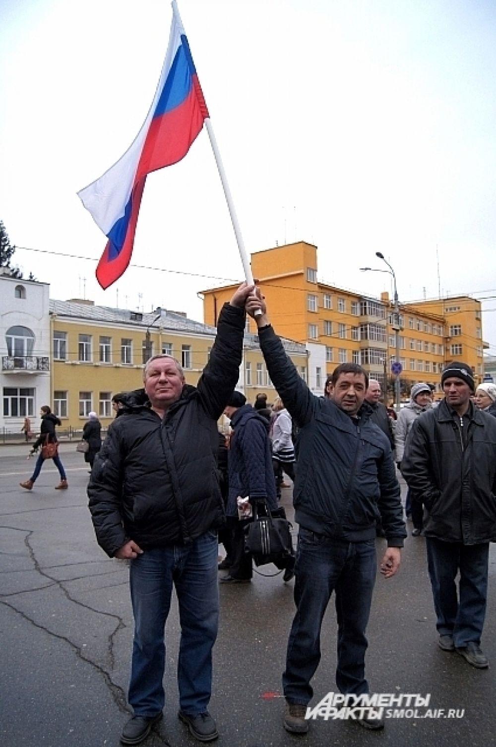 «Мы славяне, мы должны друг друга поддерживать, это наша земля, наши отцы и деды за нее боролись и проливали там свою кровь. Так что мы все должны жить совместно, одной семьей. Я их всех люблю». Алексей Ершов, водитель (на фото слева).