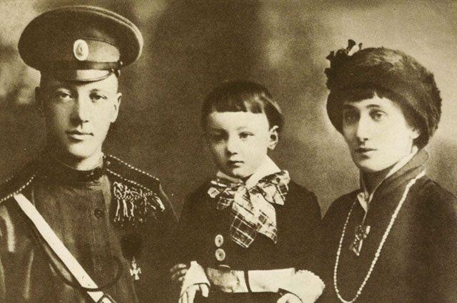 Анна Ахматова и Николай Гумилёв с сыном Львом. 1913 или 1916 год.