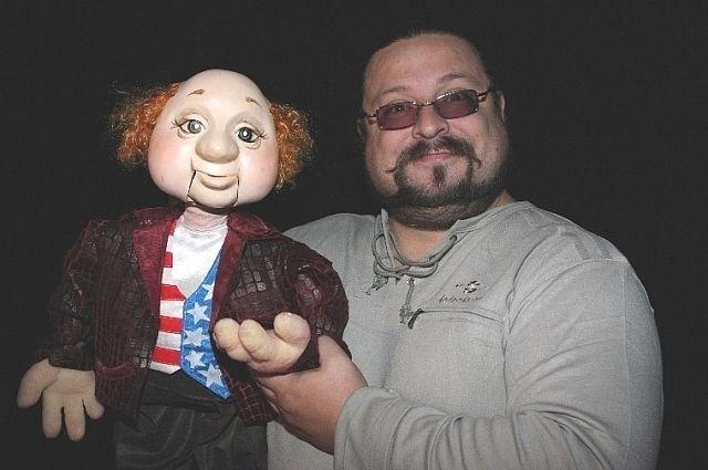 Спектакль «Кентервильское приведение». Перфилов с куклой по имени Хайрам Отис.