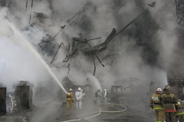 24 пожарных продолжают работы на СК.