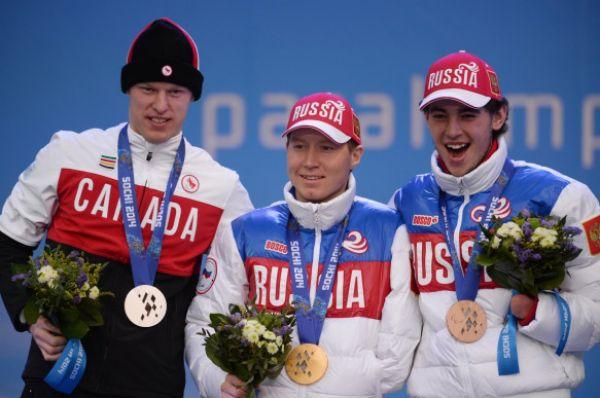Биатлонист Владислав Лекомцев (в центре) принёс третье «золото» в копилку сборной России, став лучшим в категории стоя. Азат Карачурин (справа) финишировал третьим и завоевал бронзовую медаль.