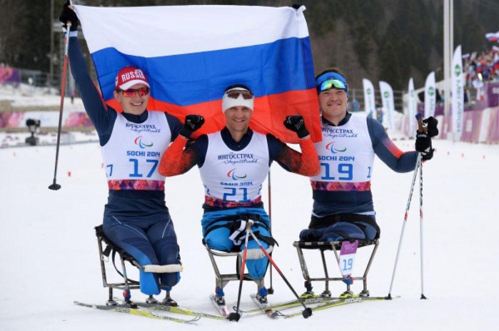 9 марта российские паралимпийцы взяли все медали в лыжной гонке на 15 километров «сидя». Победу одержал Роман Петушков (в центре), для которого это «золото» стало уже вторым в Сочи, Ирек Зарипов (справа) финишировал вторым, а замкнул тройку призёров Александр Давидович (слева).