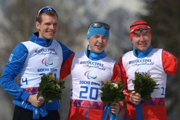 Ещё две медали сборной России принесли лыжники на дистанции 20 км «стоя». Рушан Миннегулов (в центре) одержал победу и завоевал «золотую медаль», а Владислав Лекомцев (справа) пополнил «копилку» сборной бронзовыми наградами.