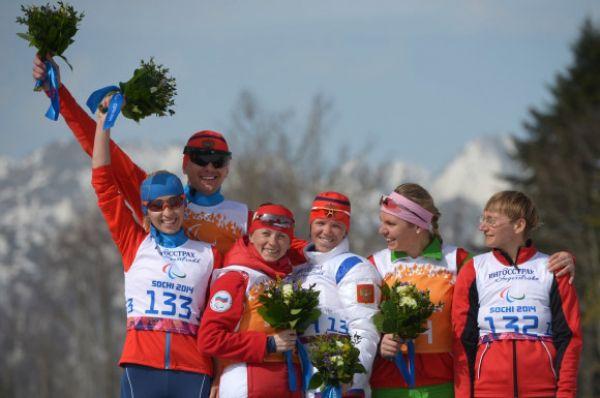 В тот же день в 15-километровой гонке в категории «с нарушением зрения» победу одержала Елена Ремизова (в центре с ведущей Натальей Якимовой), а второе место заняла Михалина Лысова (слева с ведущим Алексеем Ивановым).