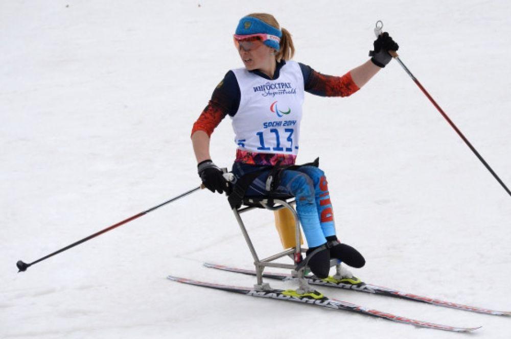 Лыжница Светлана Коновалова в тот же день отметилась бронзовыми наградами в гонке на 12 километров в категории «сидя».