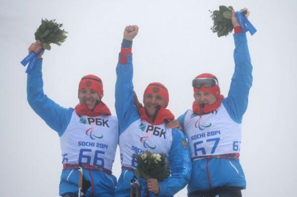 Чуть позже биатлонисты Роман Петушков (в центре), Алексей Быченок (слева) и Григорий Мурыгин (справа) финишировали первым, вторым и третьим в гонке на 12,5 километров «сидя».