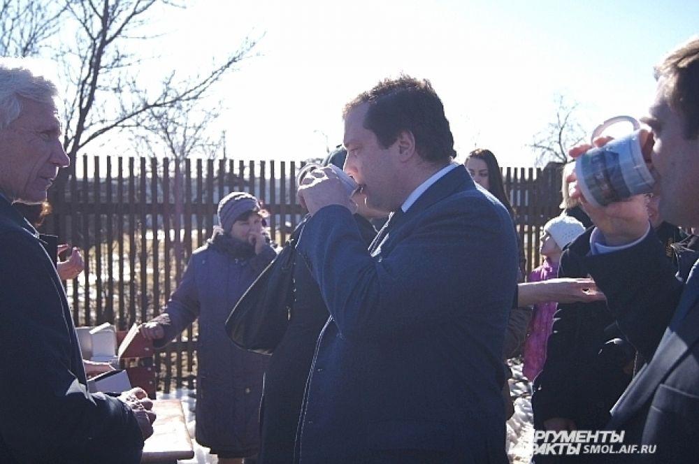 Губернатор выпил воды из Гагаринского колодца.