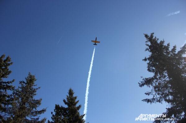 Самолеты над площадью.