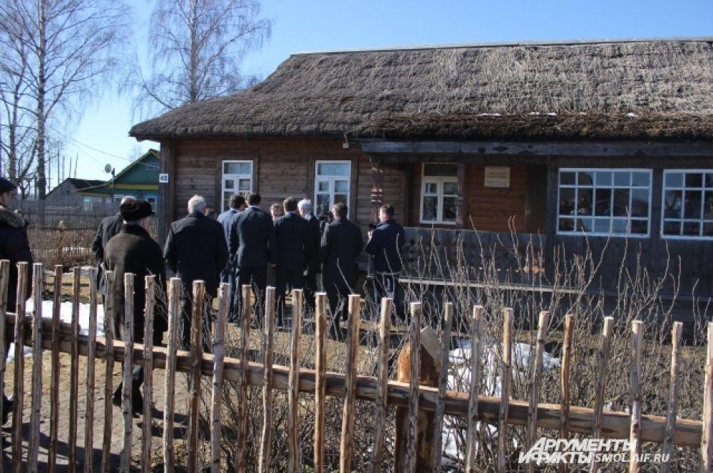 У дома семьи Гагариных в Клушино.
