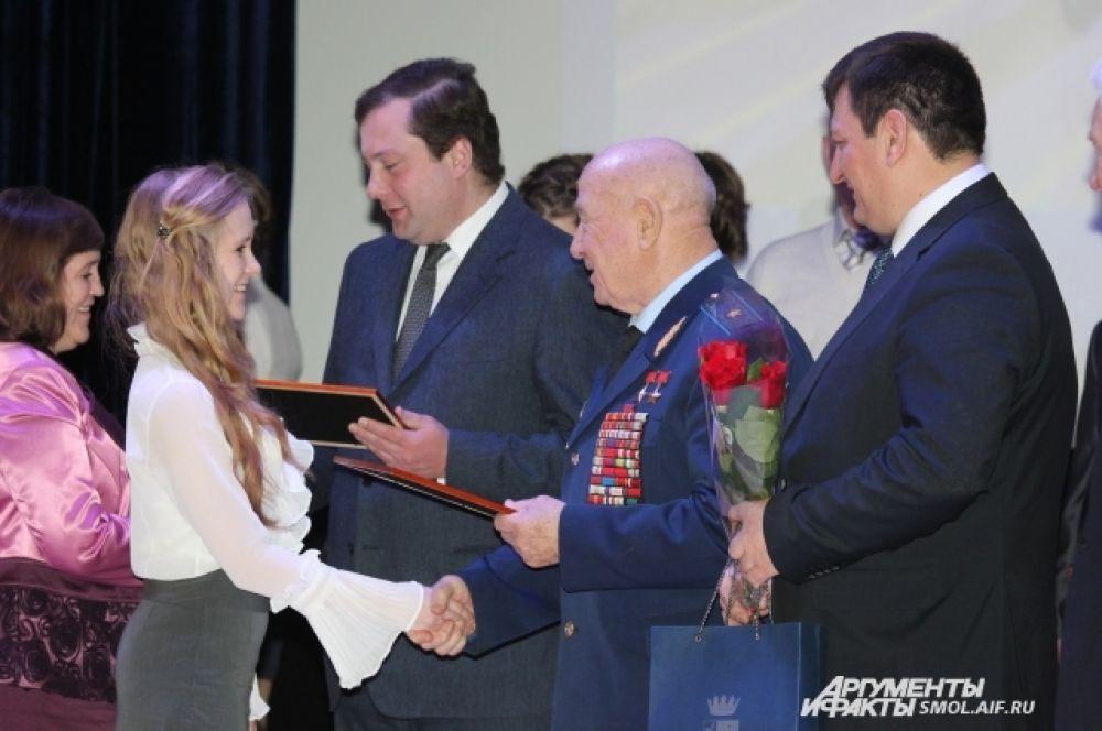Космонавты и губернатор награждают учащихся.