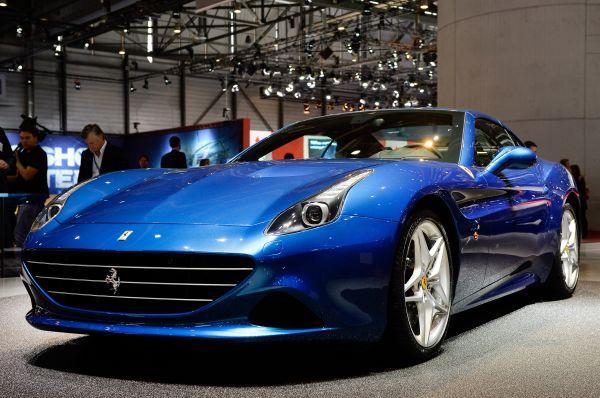 Много внимания к себе приковала новинка от Ferrari – California T, обновлённая версия успешного кабриолета пятилетней давности. California T обладает более компактным двигателем, а также переработанным кузовом.