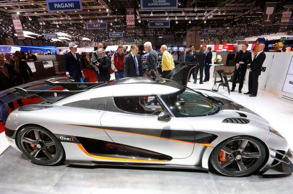 Шведы из Koenigsegg продемонстрировали новый суперкар Agera One:1. Этот автомобиль претендует на звание самого быстрого в мире среди тех, которые сертифицированы для дорог общего пользования. Производитель утверждает, что двигатель выдаёт 1341 л.с., до 100 км/ч One:1 разгоняется за 2,8 секунды, а через 20 секунд после старта способен развить скорость свыше 400 км/ч.