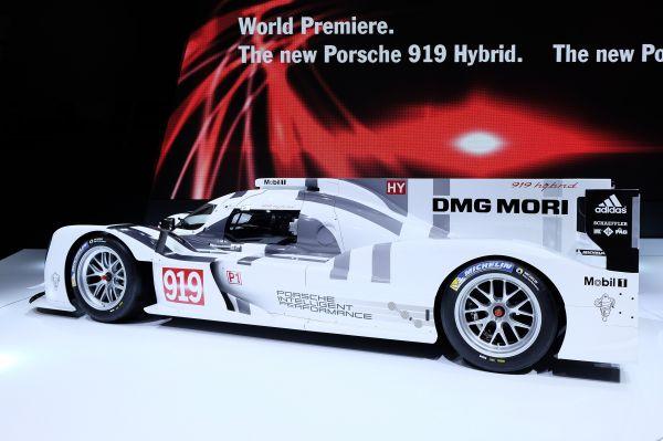Большое внимание к себе приковала ещё одна немецкая новинка – Porsche 919 Hybrid. Именно этот спортпрототип выступит в июньской гонке «24 часа Ле-Мана», а одним из её пилотов станет двукратный победитель Гран-при Монако Формулы-1 Марк Уэббер.
