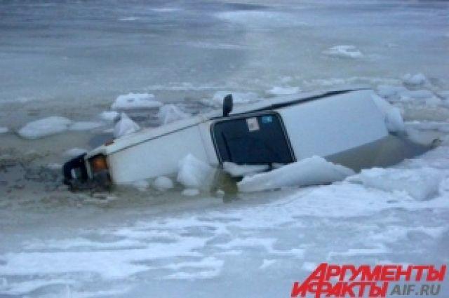 Не первый раз спасатели находят подо льдом пустой автомобиль.