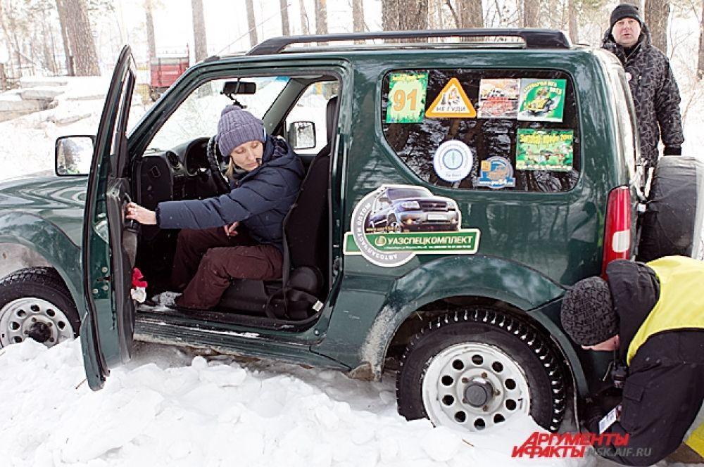 Самый последний отрезок нужно было проехать медленно и аккуратно, иначе машину заносило в сторону и она попадала в рыхлый снег, из которого её потом приходилось вытаскивать.