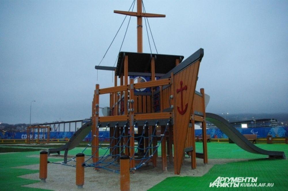 На детской площадке в Олимпийском парке возведен целый корабль.