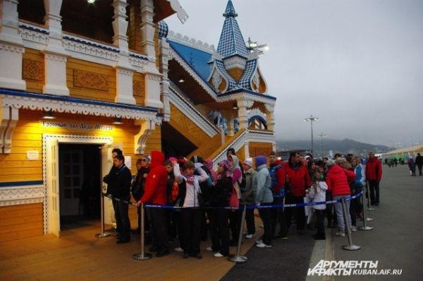 У входа обирается очередь: многие хотят зайти и поздороваться с Дедом Морозом из Великого Устюга.