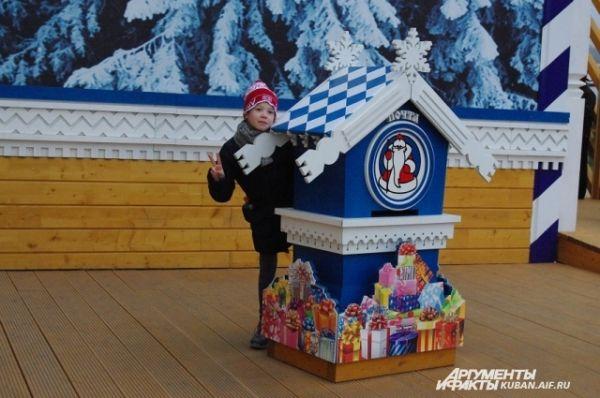 Рядом - почтовый домик, откуда можно отправить письмо Деду Морозу.