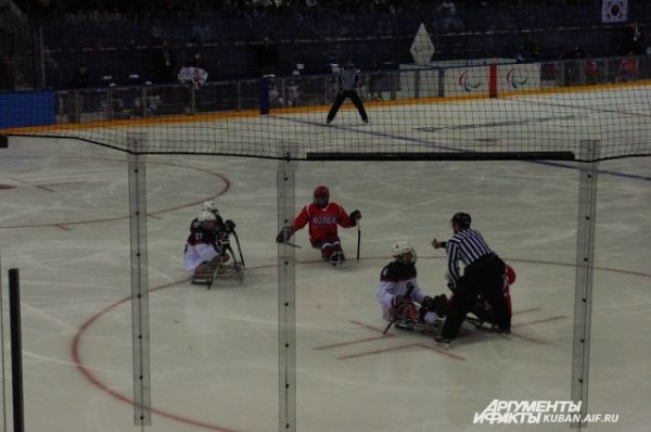 Хоккеисты-паралимпийцы играют не на коньках, а на санях.