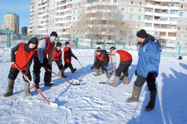 Льда пока нет, но омские мальчишки готовы играть в хоккей даже в валенках.