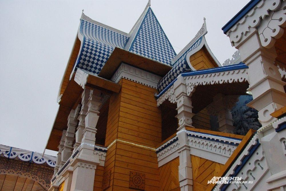 Резиденция построена в стиле древнерусского деревянного зодчества.