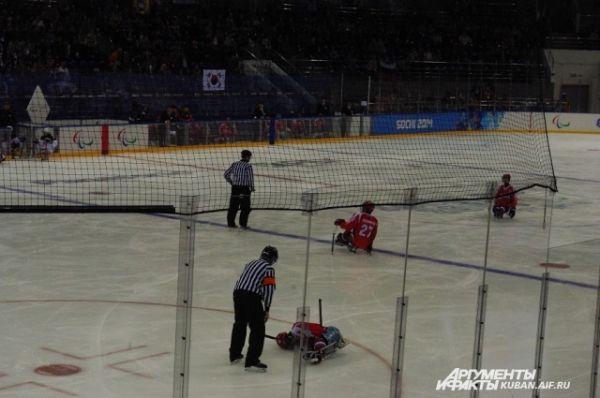 Паралимпийцам, к сожаленью, травм не избежать, как и олимпийцам. По ходу матча поле пришлось покинуть двум игрокам.