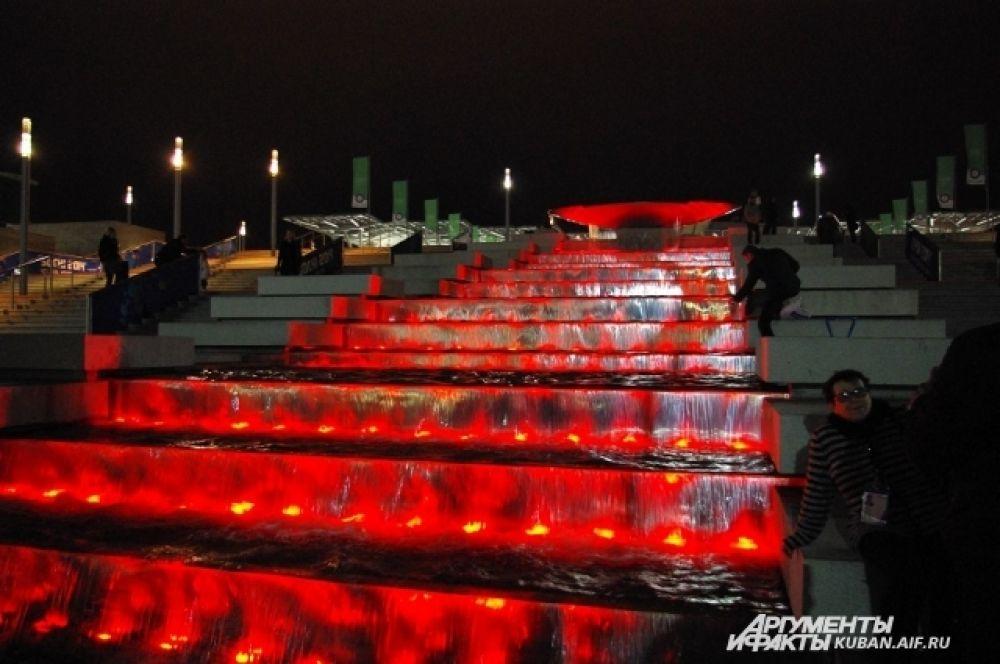 Фонтан у входа в Олимпийский парк особенно красив вечером благодаря подсветке.