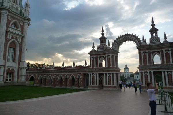 Когда строительство было практически завершено, Екатерина II нанесла внезапный визит. Императрица заявила, что дворец слишком темный, что в нем невозможно жить, и потребовала снести часть построек.