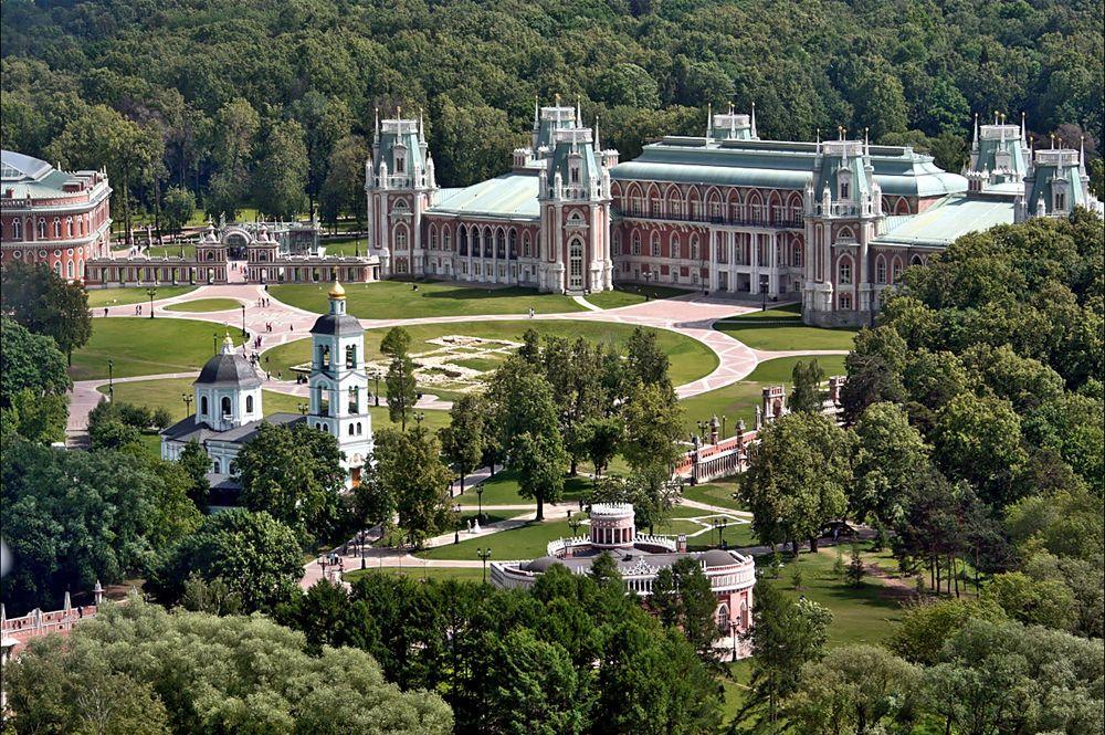 Архитектор планировал усадьбу Царицыно как единое целое, как целый мир, где ничто не будет выделяться, все будет равным: даже дворец императрицы не является здесь доминантой, органично вписываясь в ансамбль.