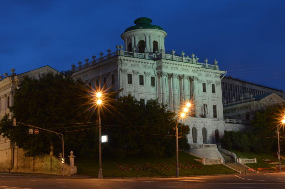 Дом Пашкова, построенный на Ваганьковском Холме, долгое время был единственной точкой в Москве, откуда можно было посмотреть на кремлевские башни «свысока».