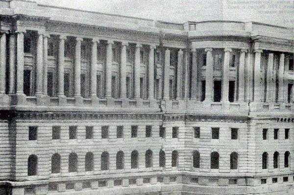 Вместо кремлевских стен, служащих оградой для храмов и святынь, архитектор спроектировал сплошной ряд зданий. Кремль он видел не как крепость, а как грандиозный общественный центр, к которому должны были сходиться все улицы Москвы.