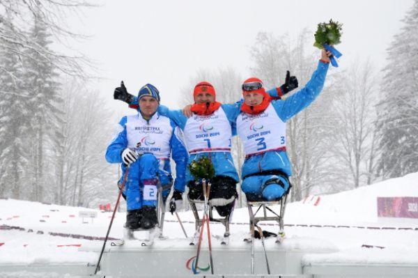 Лыжники Роман Петушков (в центре) и Григорий Мурыгин (слева) отличились в спринте на 1 км в категории «сидя»: Петушков завоевал золотую медаль, Мурыгин – серебряную.