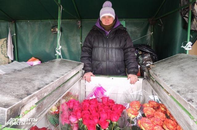 Продавец цветов у ЖД-вокзала в Омске.
