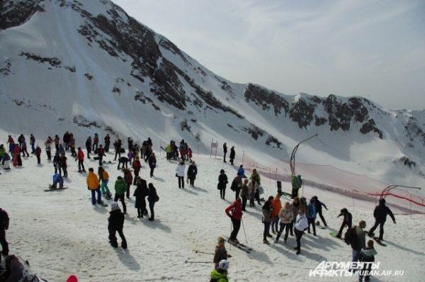 Лыжники и сноубордисты на Красной Поляне разминаются перед катанием.
