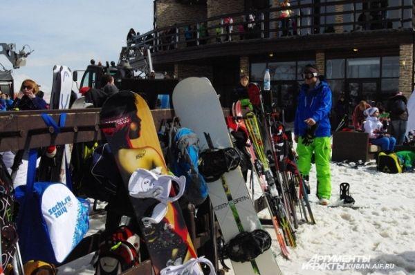 Горная вершина в районе поселка Эсто-Садок буквально завалена лыжами и сноубордами: здесь начинаются трассы для катания.