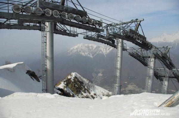 Канатная дорога поднимает туристов на высоту 1500 метров.