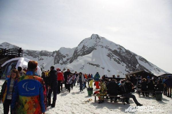 Опытные лыжники бросаются осваивать трассы, а новички ищут инструкторов.