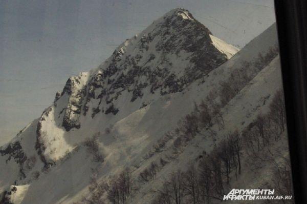 А так выглядят горы из кабины канатной дороги.