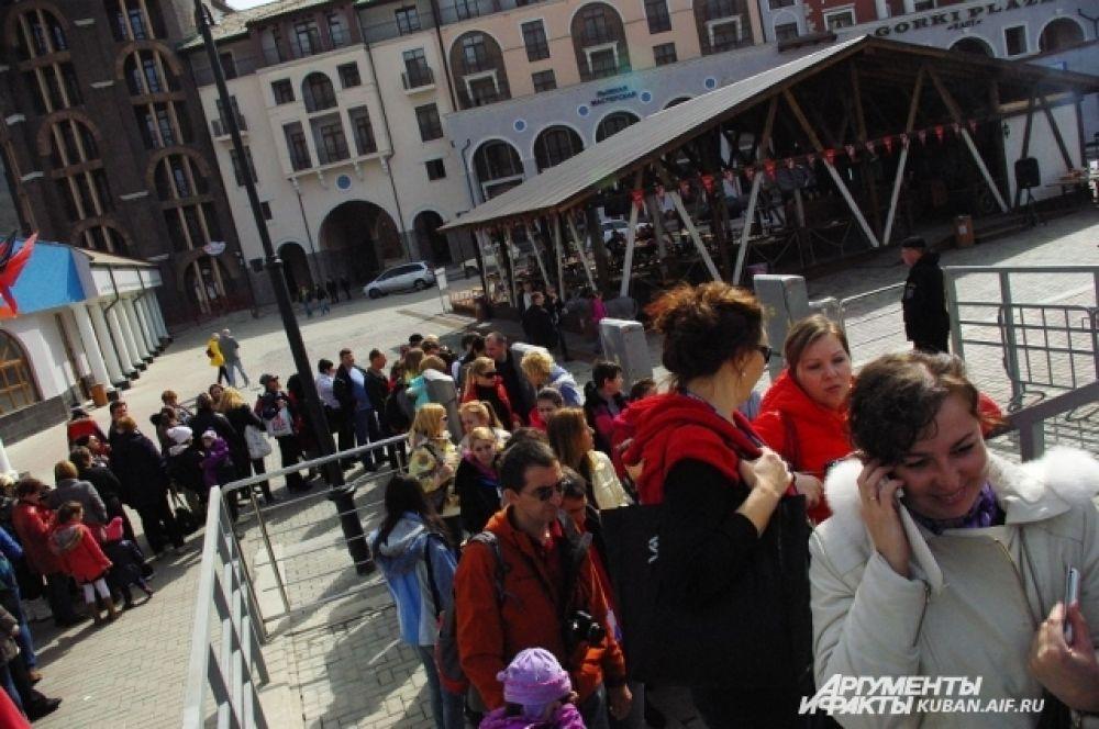 Очередь к подъемникам горнолыжного комплекса «Горная карусель». В праздничный уикэнд 8 марта вход сюда сделали бесплатным.