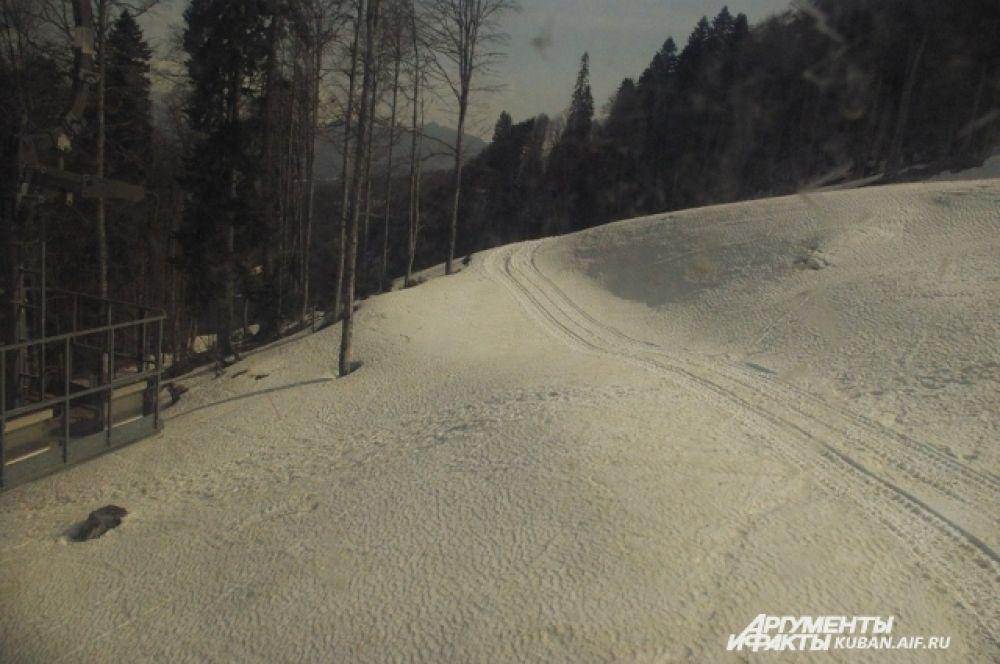 Лыжная трасса с высоты канатной дороги.