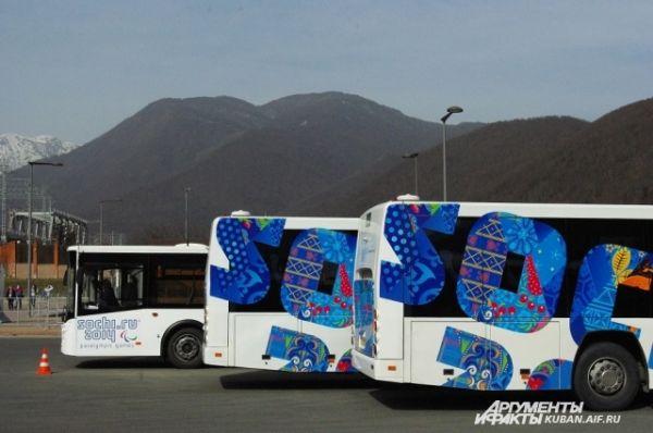 Стоянка олимпийских автобусов на Красной Поляне.